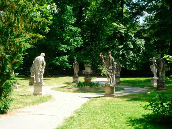 Парк украшен скульптурами.