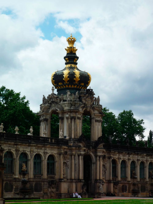 Башня похожа на корону.