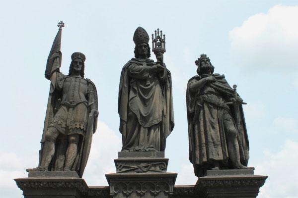 Высокие скульптуры.