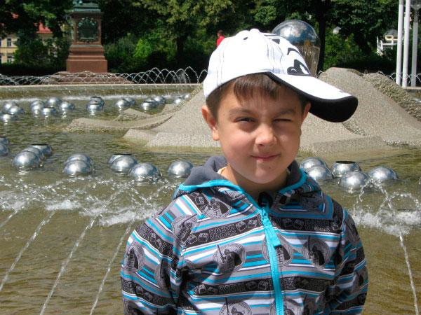 Мальчик у фонтана.