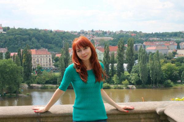 Девушка на фоне города.
