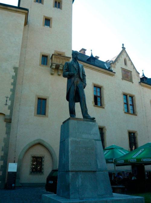 Памятник первому президенту.