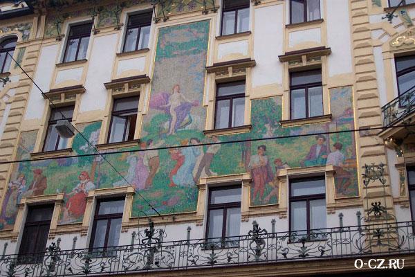 Дом украшен мозаикой.