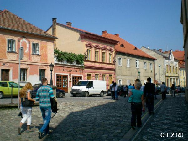 Туристы гуляют по городу.
