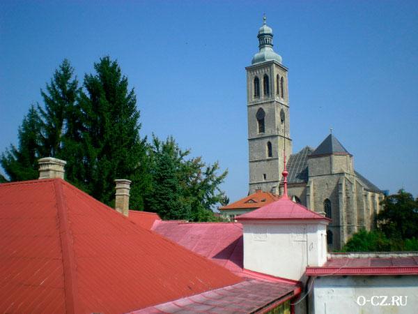 Крыши домов и башня храма.