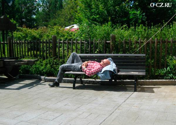 Мужчина на скамейке.