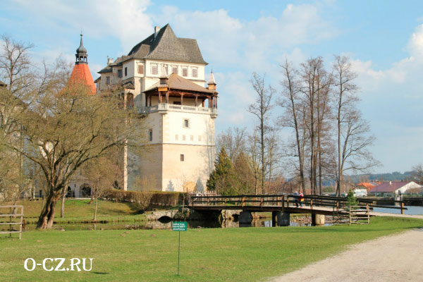 Вид на замок из парка.