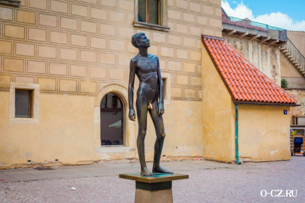 Скульптура голого мальчика.