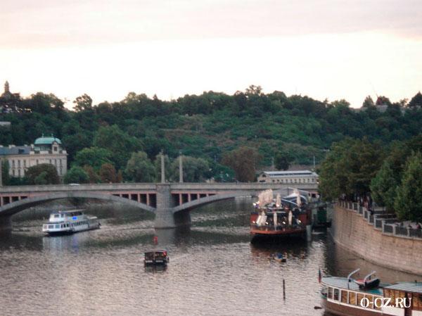 Мост через реку.