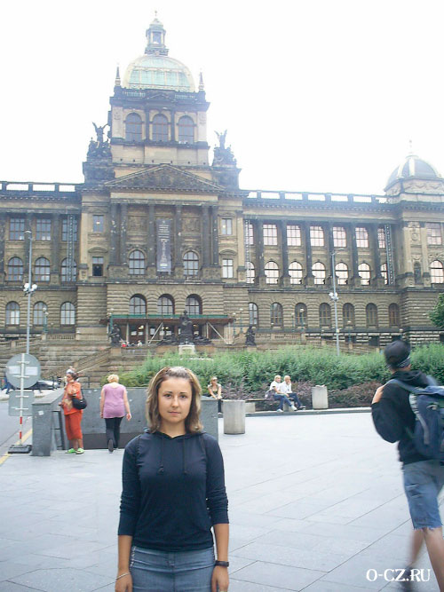 Девушка на фоне музея.