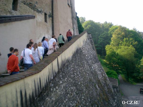 Подъём по крутой лестнице.