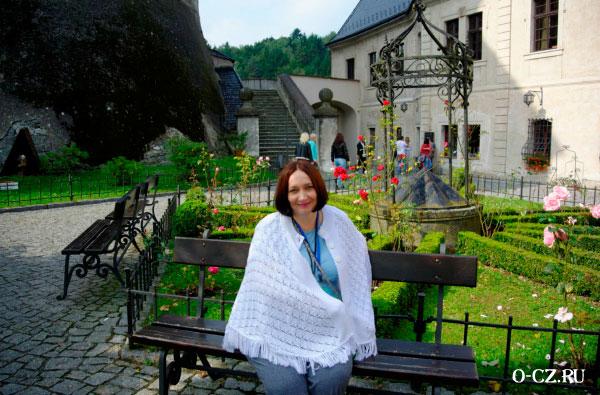 Женщина во дворике замка.