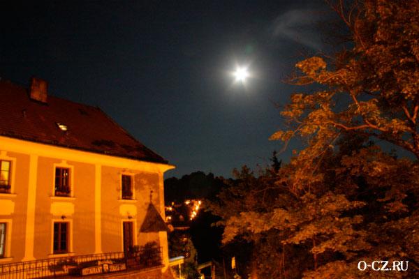 Луна в небе.