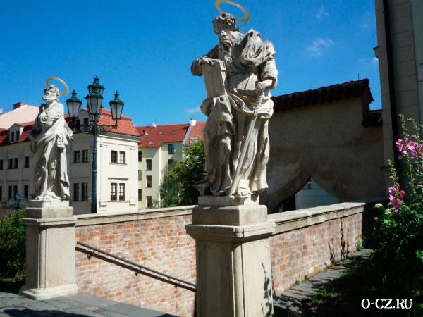 Скульптуры святых.