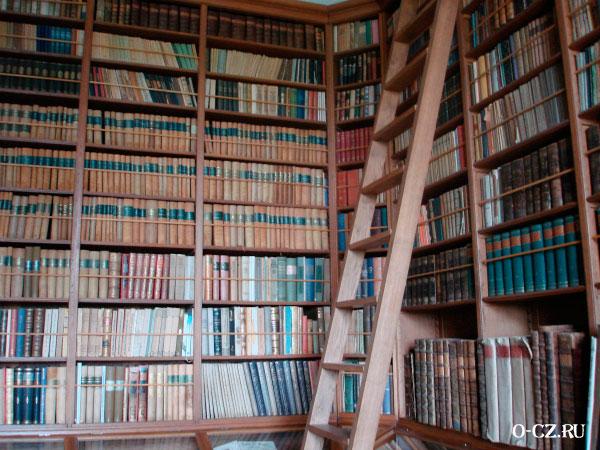 Богатая библиотека.