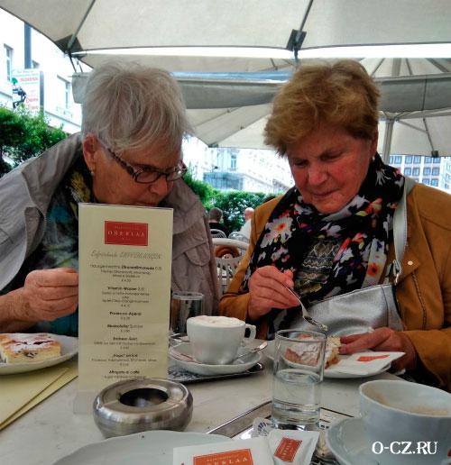 Женщины в кафе.