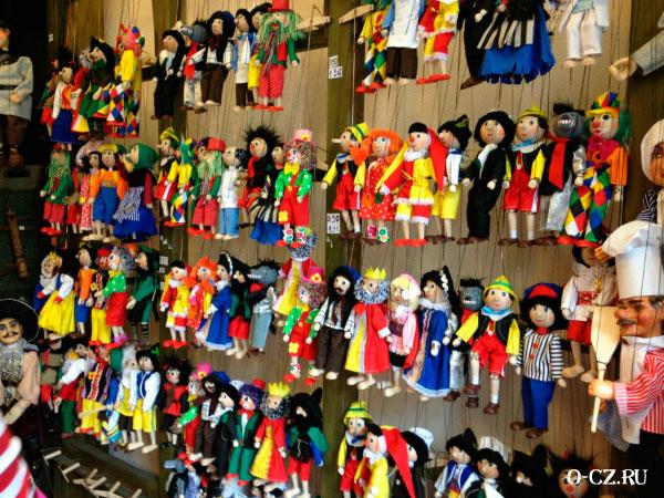 Витрина в магазине кукол.