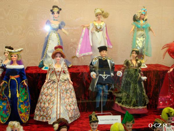 Куклы в костюмах.