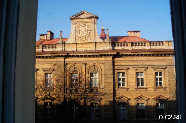 Из окна виден дом.