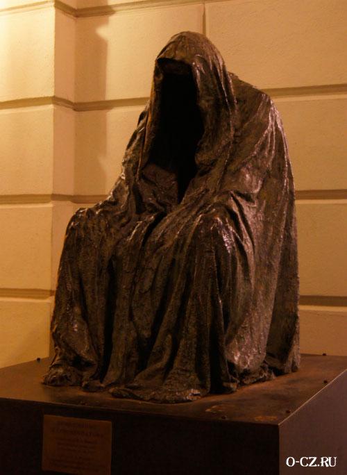 Страшная скульптура.