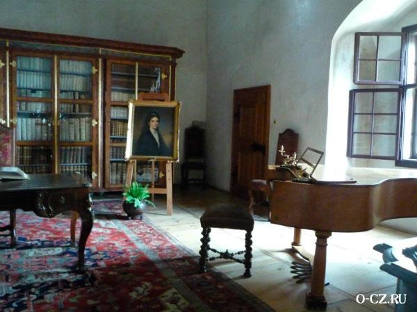 Рояль в библиотеке.