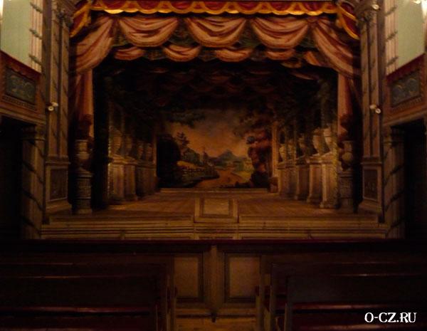 Сцена театра.