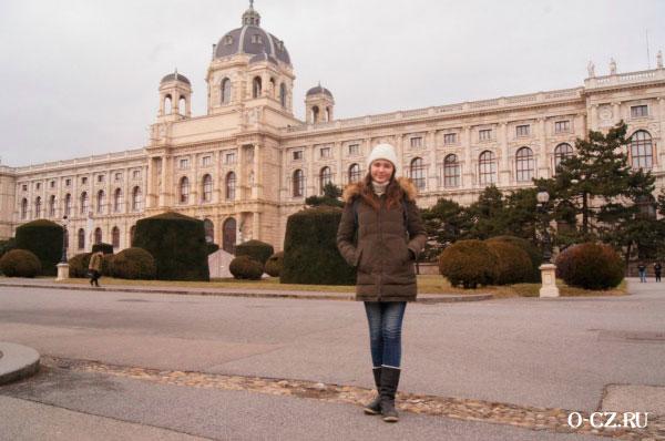 Девушка у дворца.